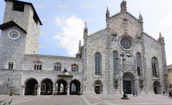 1e81725eec Il Duomo di Como ha chiuso il suo portale principale per poi aprirlo nel  pomeriggio, intorno alle 17, con il gesto con cui il vescovo Coletti  sancirà ...