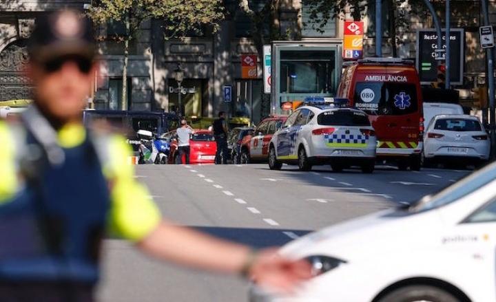 Barcellona, furgone contro la folla sulla Rambla: diversi morti